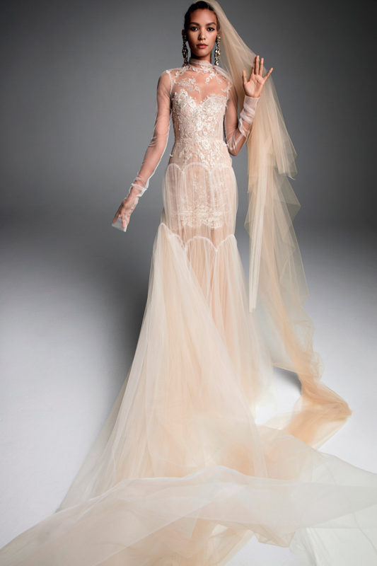 Velo de novia largo color salmón de Vera Wang, Bridal Fall 2019.